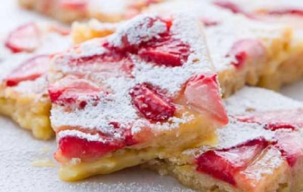 Pastilla à l'ananas et coulis de fraises