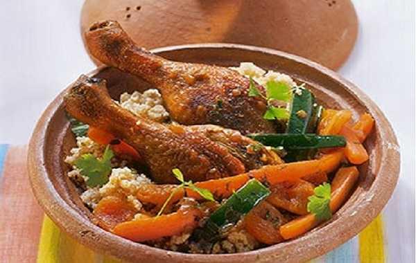 Tajine au poulet aux abricots secs, carottes et aux amandes