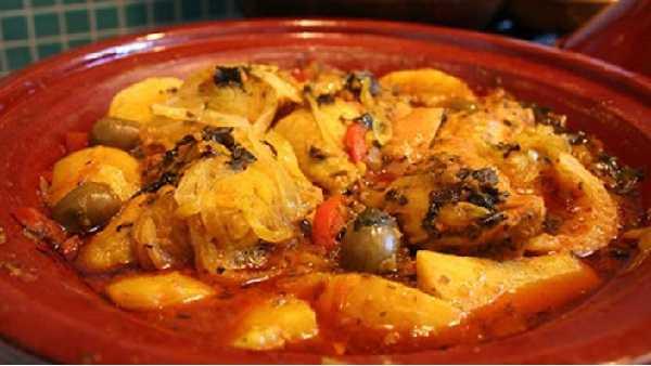Tajine de poulet aux oignons et olives
