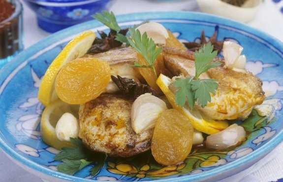 Tajine de poulet aux abricots et pignons