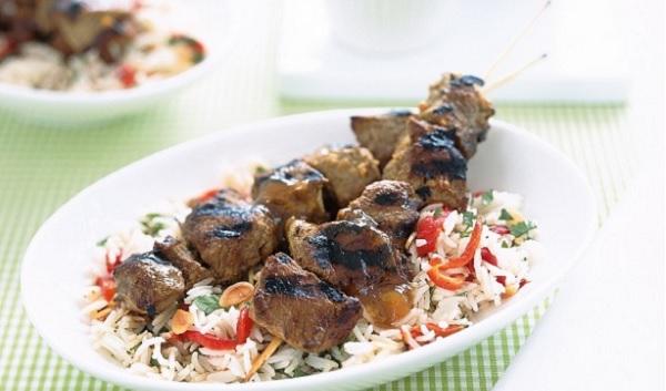 Brochettes d'agneau à l'orientale et riz pilaf