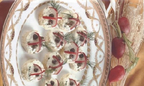 Canapés aux radis et aux câpres