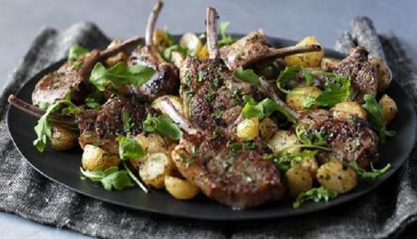 Côtelettes d'agneau et pommes de terre au four