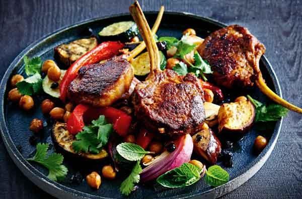 Côtelettes rôties à la salade légumes et pois chiches
