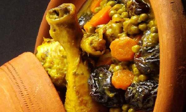 Tajine de poulet aux carottes,petits pois et pruneaux