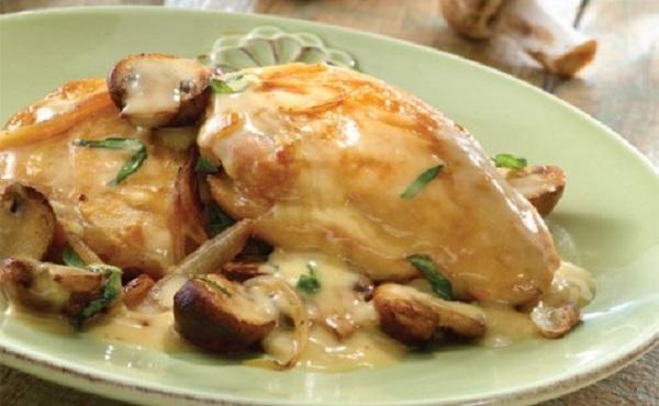 Poulet à la sauce blanche aux champignons