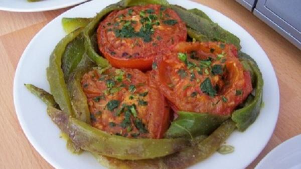 Salade de tomates et poivrons frits